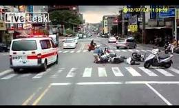Atropella a cuatro motoristas y se da a la fuga