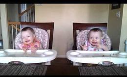 El baile de las gemelas de 11 meses