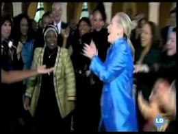 Hillary celebra un acuerdo bailando
