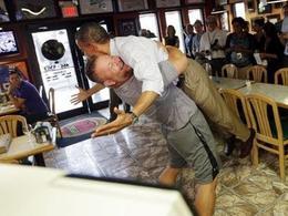 Obama en volandas agarrado por un pizzero