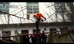 Un bombero rescata en el aire 'in extremis' a una suicidada