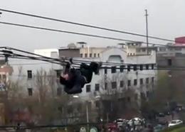 Un borracho se cae de unos cables de teléfono en China