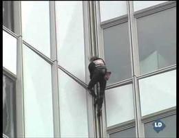 Un francés disfrazado de Spiderman escala un nuevo edificio en París