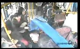 Una farola atraviesa un autobús