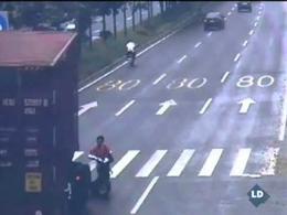 Una mujer sale ilesa al ser arrollada por un camión de gran tonelaje