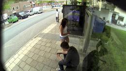 Una parada de autobús con Photoshop incorporado